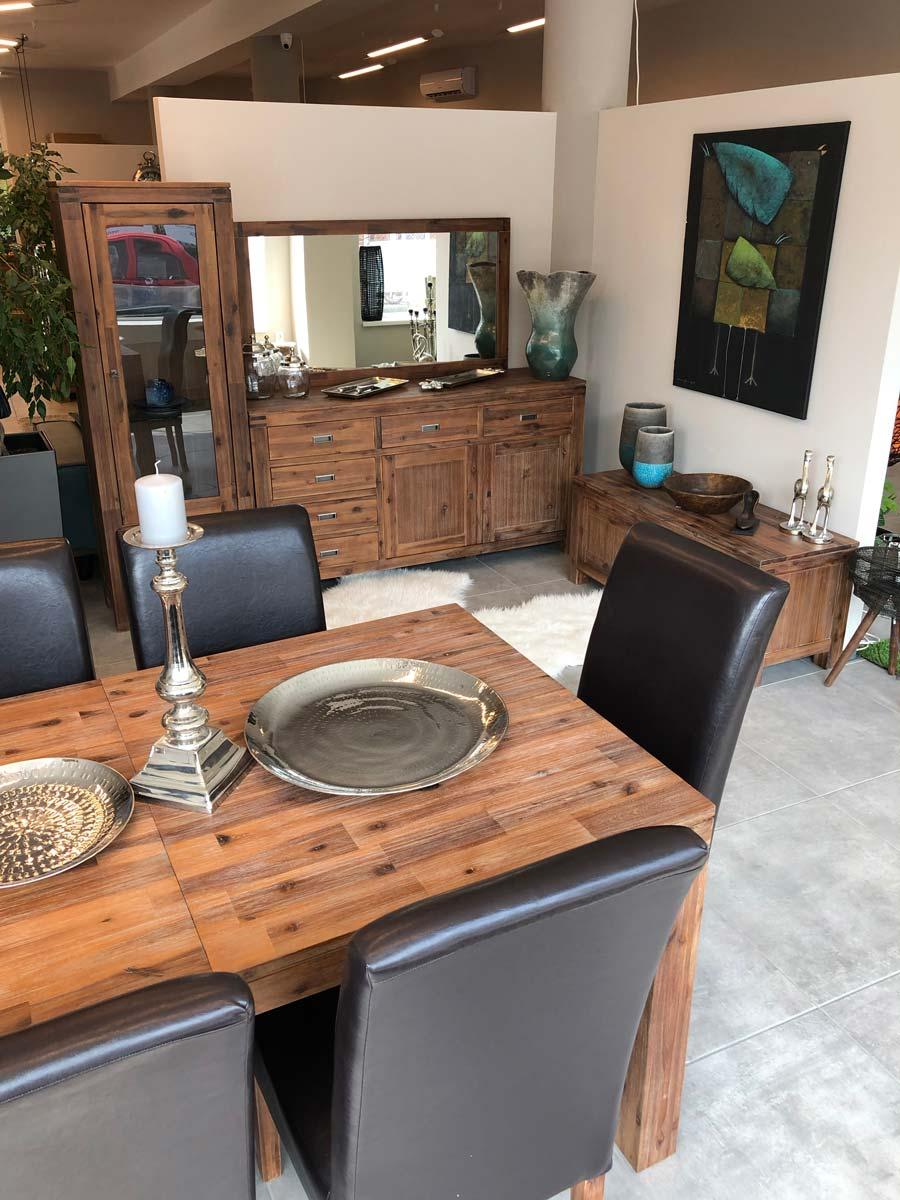 A tömörfa asztal masszív és minőségi